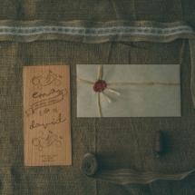 Podolgovato poročno vabilo z ležečo kuverto voskom in pečatom